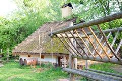 Oude rurallherberg met houten vaten Royalty-vrije Stock Afbeelding