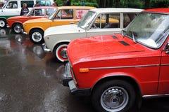 Oude Russische auto's van verschillende kleuren Stock Foto