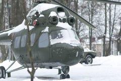 Oude Russische helikopter in de sneeuw stock foto