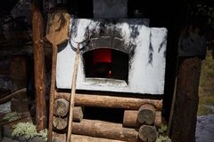 Oude Russische oven met een Tong en een schop voor brood stock afbeeldingen