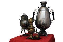 Oude Russische samovar drie op een witte achtergrond Royalty-vrije Stock Afbeeldingen