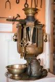 Oude Russische samovar met interne inhoud stock afbeeldingen