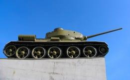 Oude Russische tank op het groene gras Stock Foto's
