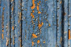 Oude rustieke blauwe verfbarst op de houten oppervlakte stock afbeelding