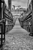 Oude rustieke brug in de haven van Amsterdam stock fotografie