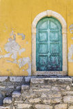 Oude rustieke groene deur royalty-vrije stock afbeeldingen
