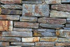 Oude rustieke hoge steenmuur - - kwaliteitstextuur/achtergrond royalty-vrije stock afbeelding