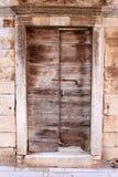 Oude rustieke houten deur met steenkader royalty-vrije stock afbeelding