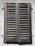 Oude rustieke houten zonneblinden stock foto