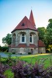 Oude rustieke kerk bij zonsondergang bij een klein dorp Royalty-vrije Stock Afbeelding