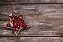 Oude rustieke Kerstmisachtergrond met rode komstballen zoals sta Royalty-vrije Stock Foto's
