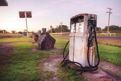 Oude rustieke pomp bij een verlaten brandstofpost Stock Afbeelding