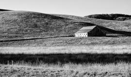 Oude rustieke schuur in de heuvels van Californië Stock Afbeelding