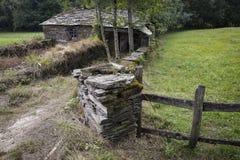 Oude rustieke steen gemaakt tot huis en een omheining in het hout Royalty-vrije Stock Fotografie