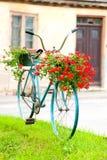 Oude rustieke turkooise retro fiets - bloembed outdoors royalty-vrije stock foto