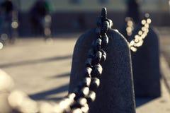 Oude Rusty Chain Fence On The-Straat onder Zonneschijn Royalty-vrije Stock Afbeelding