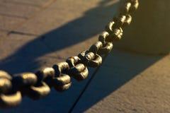 Oude Rusty Chain Fence On The-Straat onder Zonneschijn Royalty-vrije Stock Afbeeldingen