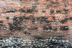 Oude ruwe muur met oude en nieuwe bakstenen en stenen Stock Afbeelding