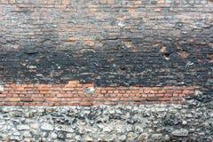 Oude ruwe muur met oude en nieuwe bakstenen en stenen Royalty-vrije Stock Afbeeldingen
