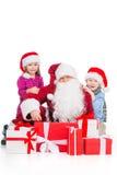 Oude Santa Claus omringde jonge geitjes en stelt voor. royalty-vrije stock foto's