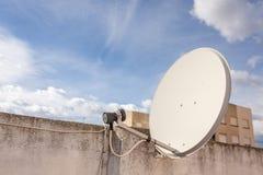 Oude satellietschotel bij de apartamentbouw in Spanje Zonnige dag royalty-vrije stock foto