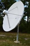 Oude satellietschotel die zich alleen bevinden stock foto