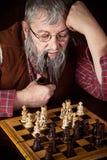 Oude schaakspeler Stock Afbeelding