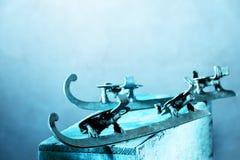 Oude schaatsen in blauw Stock Afbeeldingen