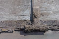 Oude scharnierenroest en noot op oud hout royalty-vrije stock fotografie