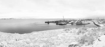 Oude schepen in de zeehaven De winterkust Stock Foto