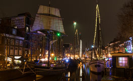 Oude schepen in Nederlandse stad stock afbeelding