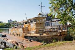 Oude schepen op de kust van de Rivier van Moskou in Moskou stock afbeelding