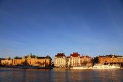 Oude schepen op de de winterdijk van Stockholm zonnig Stockholm zweden stock afbeelding