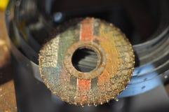 Oude scherpe schijf voor een zaag van een molen op een het opzetten band Royalty-vrije Stock Foto
