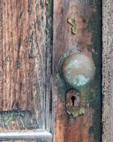 Oude schil, houten deur met de oude knop van de metaaldeur Stock Foto's