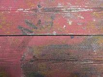 Oude schil rode verf op grungy planken met mos Stock Afbeelding