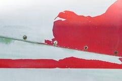 Oude schil rode verf op metaaloppervlakte van airplacefuselage royalty-vrije stock foto's