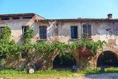 Oude schilderachtige verlaten wijnmakerij in landelijk Italië stock foto