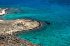 Oude schipbreuk door Gramvousa eiland stock foto