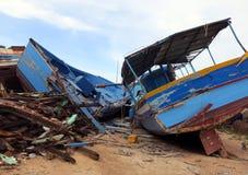 Oude schipbreuken na de ontscheping van vluchtelingen Royalty-vrije Stock Foto's