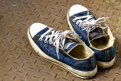 Oude schoen op de grond van het Ijzer Royalty-vrije Stock Afbeelding