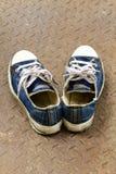 Oude schoen op de grond van het Ijzer Stock Foto