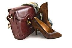 Oude schoenen en zak op witte geïsoleerdeo achtergrond Stock Foto