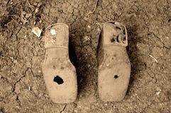 Oude schoenen met gaten Stock Foto