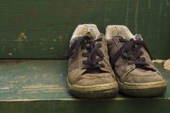 Oude schoenen op de achterstap Stock Fotografie