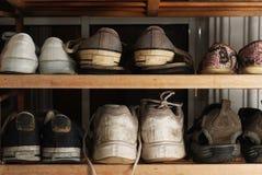 Oude schoenen op rek Royalty-vrije Stock Foto's