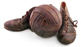 Oude schoenen voor voetbal en voetbalbal Royalty-vrije Stock Fotografie