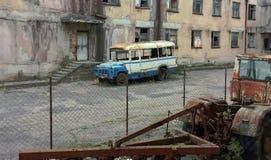 Oude schoolbus, Kutaisy, Georgië Stock Foto's