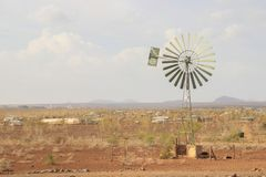Oude schooltype windmolen op een Keniaans gebied stock afbeelding