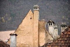 Oude Schoorstenen en Oude Huizen Stock Fotografie